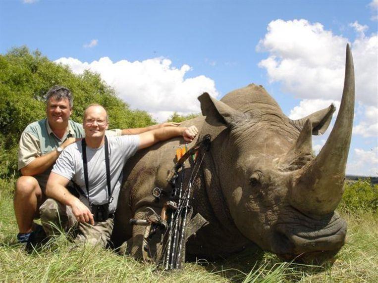 Walter Palmer (rechts) met een neushoorn die hij schoot in Zuid-Afrika.