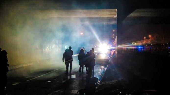 Enkelingen nemen het op tegen de oproerpolitie die hen verhindert de weg naar het centrum van Calais op te stappen. De politie reageert met traangas en het waterkanon.