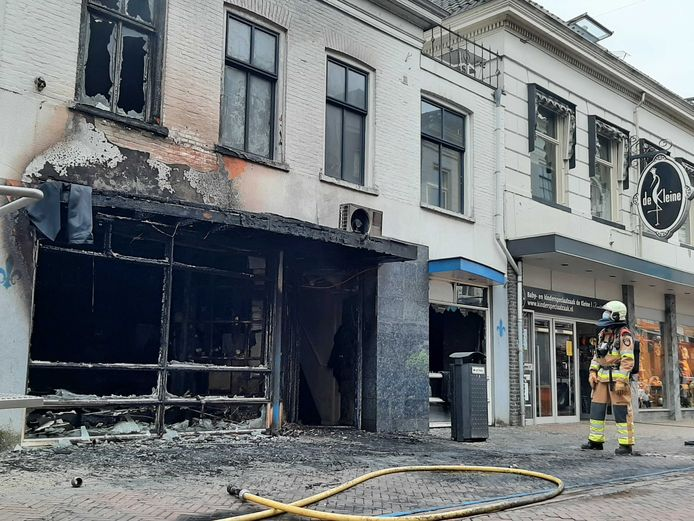 De woning aan de Oudestraat in de binnenstad van Kampen liep grote schade op door de brand.