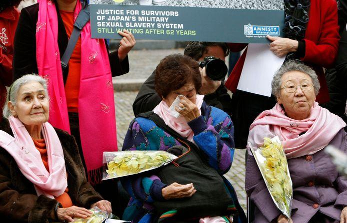 Voormalige troostmeisjes eisen erkenning van hun leed bij een protest in Den Haag in 2007, Links de Nederlandse Ellen van der Ploeg