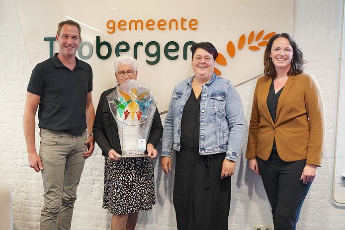 Gilbert Leemhuis, Ria van der Aa, Wendy Maathuis en wethouder Hilde Berning die prijs overhandigde.