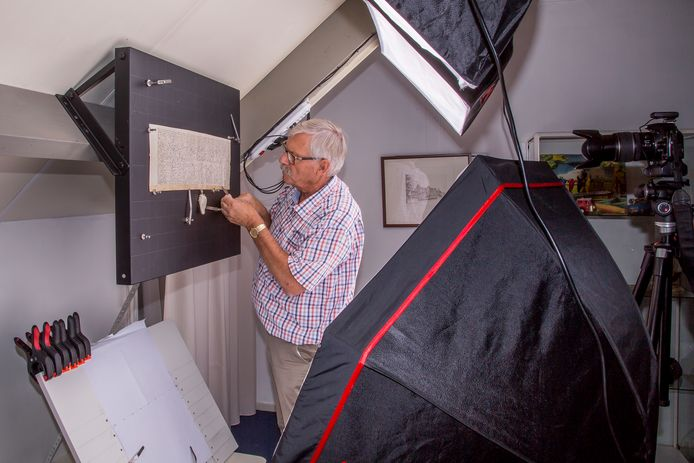 Rini van Oirschot aan het werk in zijn fotostudio in Boxtel met de oorkondes.