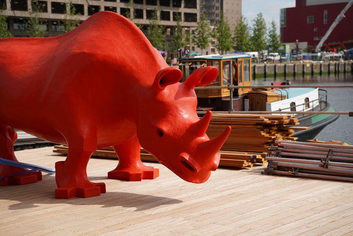 Er staat plots een felgekleurde neushoorn bij de Rijnhaven.