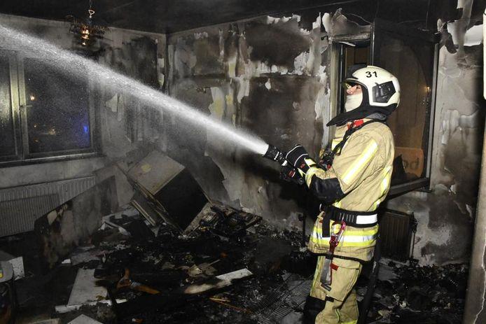 """De brandweer blust in een """"leegstaand"""" pand in de Ankerstraat."""