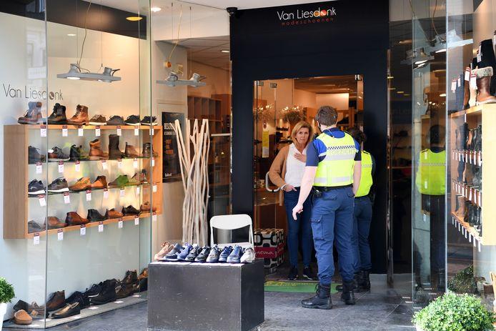 Bij Van Liesdonk Modeschoenen spreekt een buitengewoon opsporingsbeambte eigenaresse Monique van Liesdonk aan op het feit dat er in de portiek van de winkel een tiental schoenen uitgestald staan.