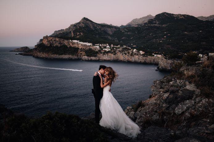 Martijn Roos uit Zwijndrecht reist als bruidsfotograaf de hele wereld over. Hij kiest voor natuurlijke, intieme settings, zoals bij dit bruidspaar in Mallorca.