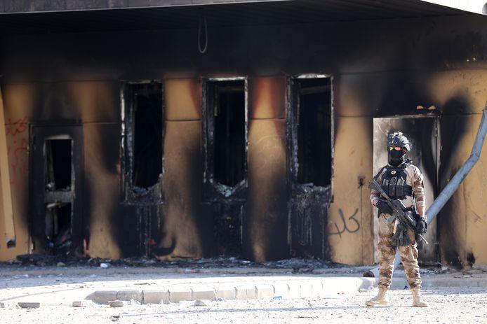 Een Irakese soldaat houdt de wacht bij de eerder deze week door demonstranten belaagde Amerikaanse ambassade in Bagdad.