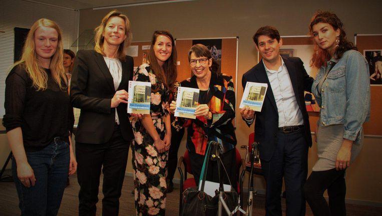 Van links naar rechts, met boekjes in de hand: cultuurwethouder Kajsa Ollongren, staatssecretaris van Sociale Zaken Jetta Klijnsma en wethouder Arjan Vliegenthart (Werk). Beeld twitter.com/MinisterieSZW
