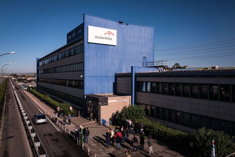 Het bedrijfspand van ArcelorMittal op de dag van de staking. Beeld Zolin Nicola