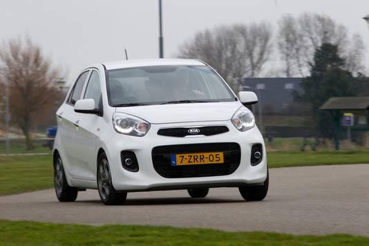 Voorbeeld van een witte Kia Picanto. Dit is niet de auto die ten tijde van de woningbrand in juni door Renkum reed.