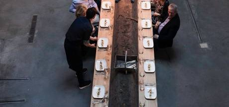 Het tafelblad van pop-uprestaurant Anderhalf schuift straks heen en weer in Grasso-gebouw