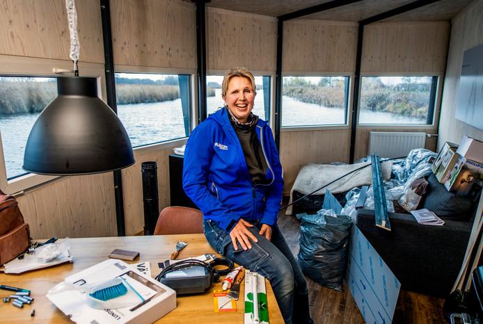 Marion Biesheuvel richt het eerste dobberhuisje in.