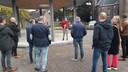 De Oisterwijkse wethouder Anne-Cristien Spekle verklaart voor een groepje genodigden de kiosk van Haaren voor geopend.