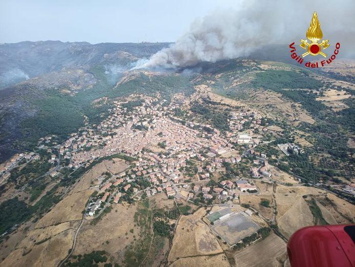 Luchtbeeld van de brandweer van een natuurbrand bij Santu Lussurgiu, Sardinië.