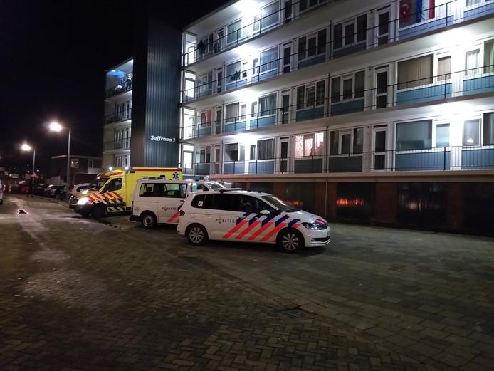 De politie doet onderzoek na een woningoverval aan de Saffraanstraat in Hoogvliet.