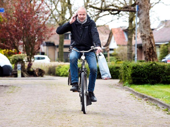 Dies Groot fietst heel Woerden af om bij mensen beschermende brillen op te halen.