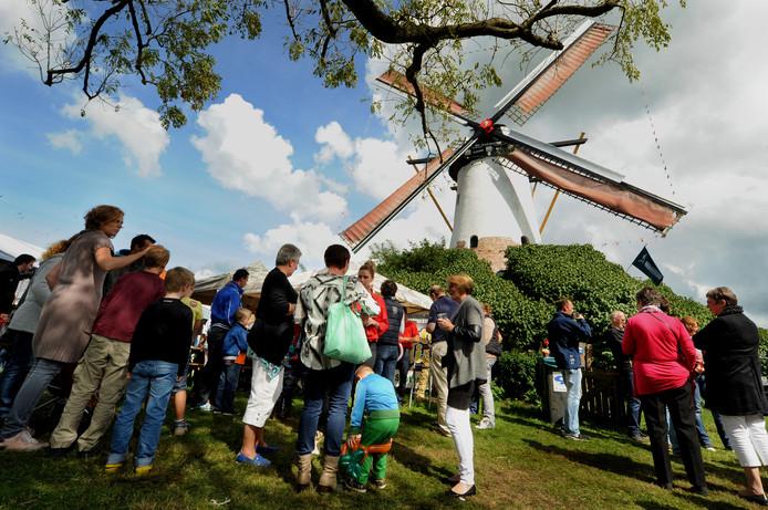 De Antoniusmolen in Halsteren, hier tijdens de Molenfeesten in 2014, is nu nog eigendom van Piet Withagen. Als het plan voor een kleinschalig zorgcomplex achter de molen door zou gaan, schenkt hij molen en voorterrein aan de stichting Vrienden van de Antoniusmolen.