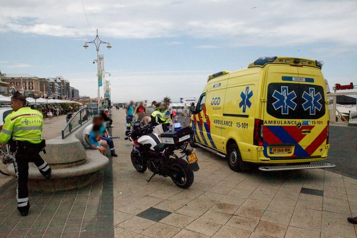 Op de boulevard van Scheveningen is een meisje met haar step onder een busje terechtgekomen.