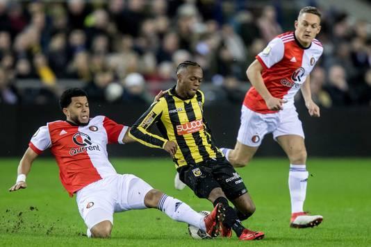 Thulani Serero in de duel met Feyenoorder Tonny Vilhena (links).