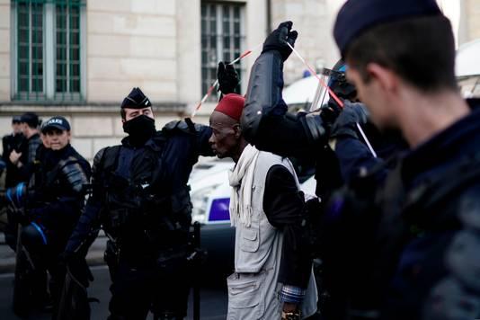 Agenten laten een betoger passeren na beëindiging van de bezetting
