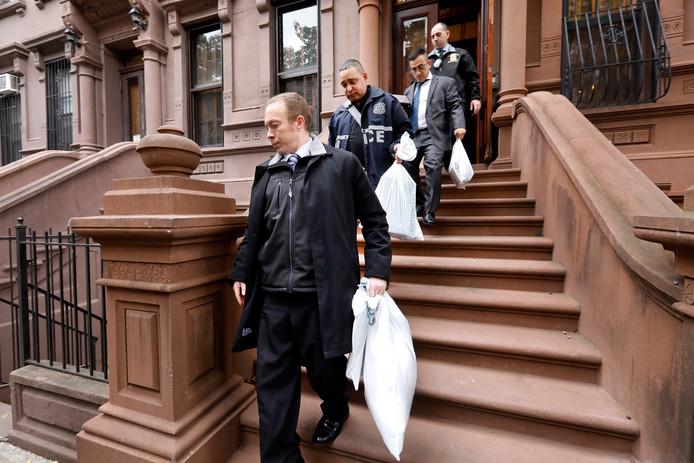La police, à la sortie de l'immeuble où vivaient Jennifer Schlecht et Yonathan Tedla.