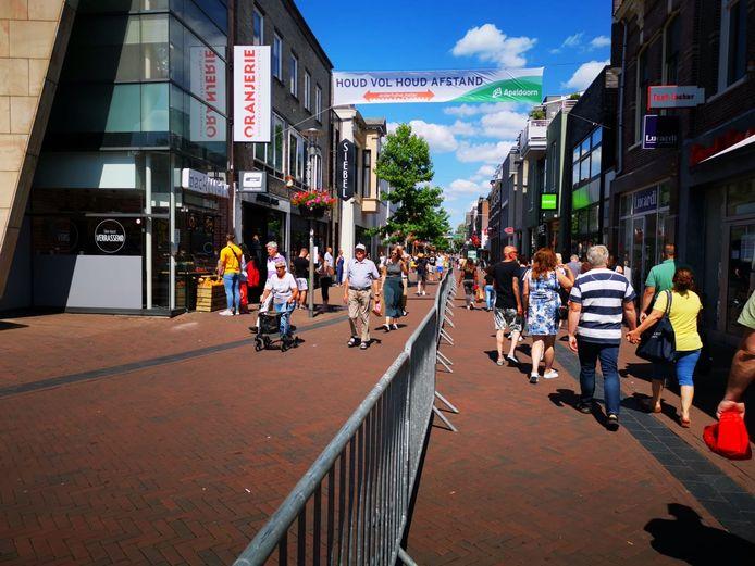 In de Hoofdstraat in Apeldoorn is eenrichtingsverkeer ingevoerd. Dranghekken moeten ervoor zorgen dat de anderhalve meter maatregel beter te bewaken is.