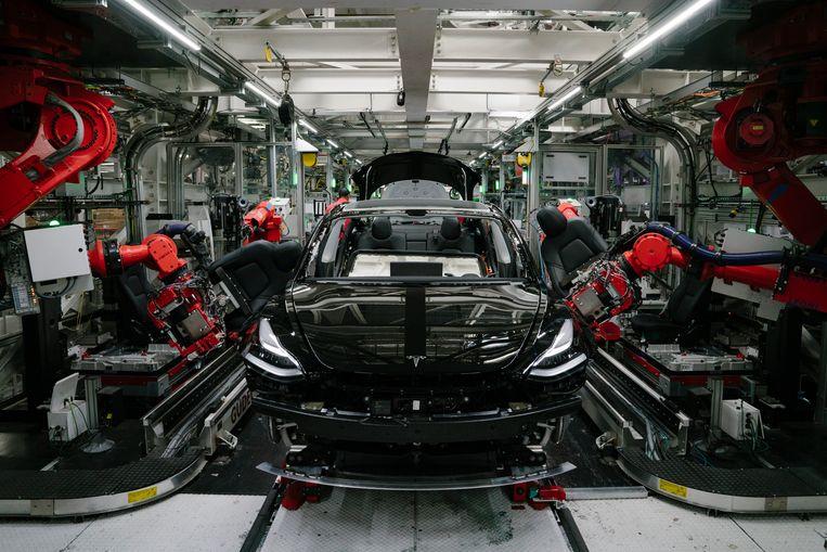 Een Tesla Model 3 wordt in elkaar gesleuteld.  Beeld Getty Images
