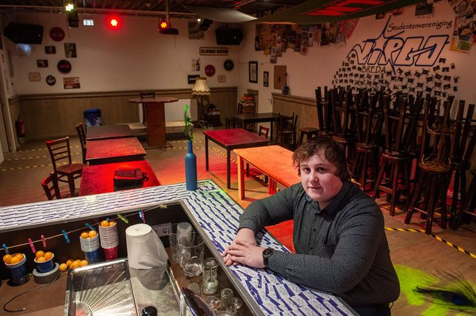 Nick de Kruif, voorzitter van Virgo, aan de bar van de lege studentensoos van de Bredase studentenvereniging. De ontmoetingsplek voor studenten is alweer maanden dicht.