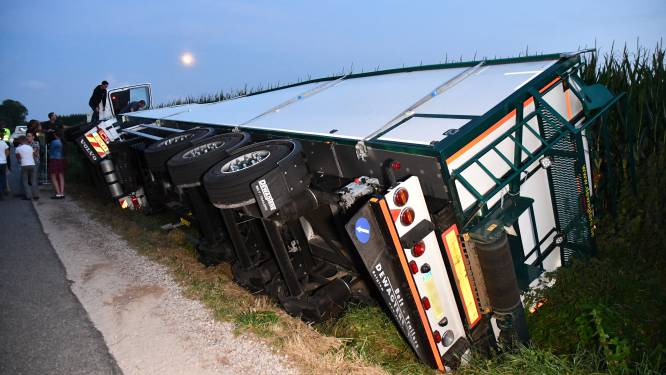 Vrachtwagen met uien gekanteld bij Kruiningen