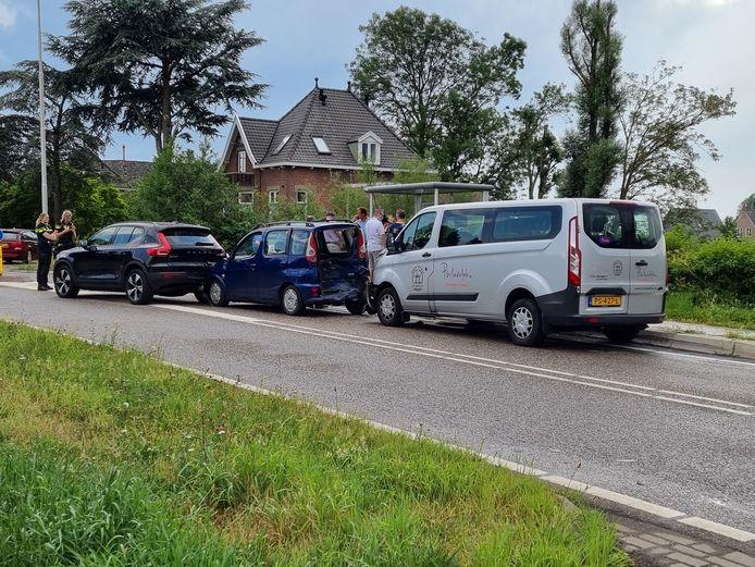 Vijf voertuigen kwamen door onbekende reden met elkaar in kettingbotsing.