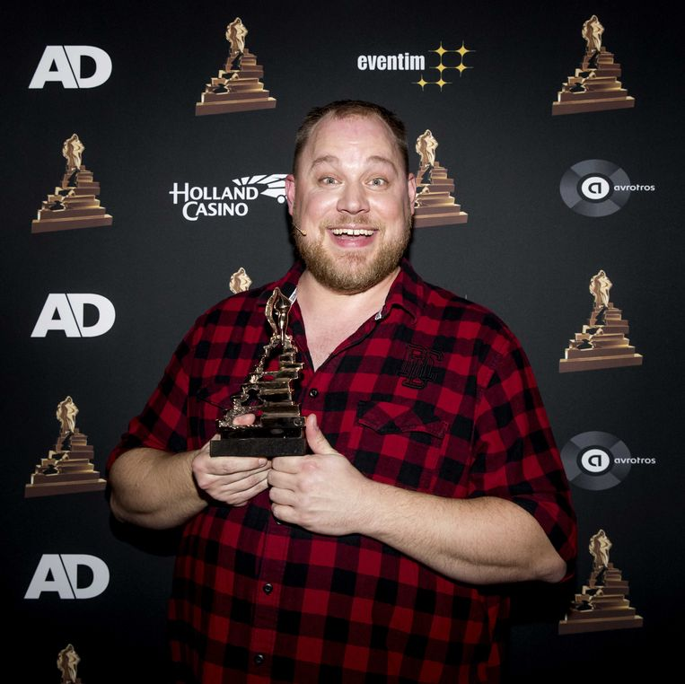 Dennis Willekens met zijn award voor beste mannelijke bijrol.  Beeld ANP