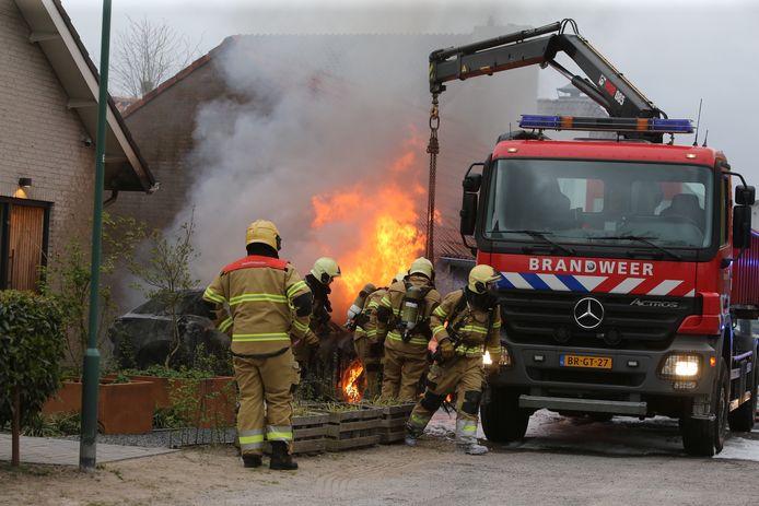 Ondanks dat het vuur geblust was, laaiden de vlammen toch weer op. De brandweer gaat de auto vervoeren naar een leegstaand terrein.