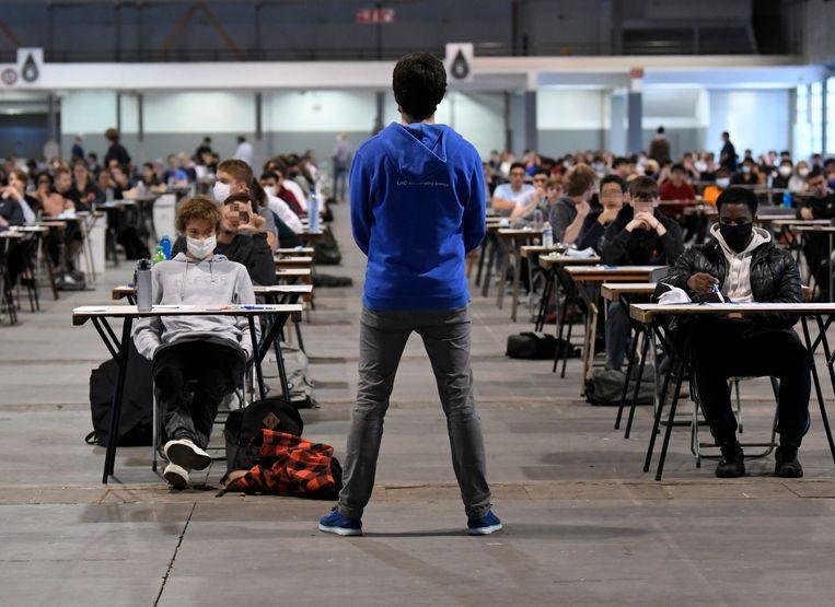 Ingangsexamen aan de ULB in Brussel. 'Studenten die elkaar ontmoeten, die napraten in groepjes, samen eten, over de lessen en de proffen keuvelen en intussen vrienden maken, het is een essentieel deel van de vorming van jongvolwassenen', schrijven de academici.  Beeld Photo News