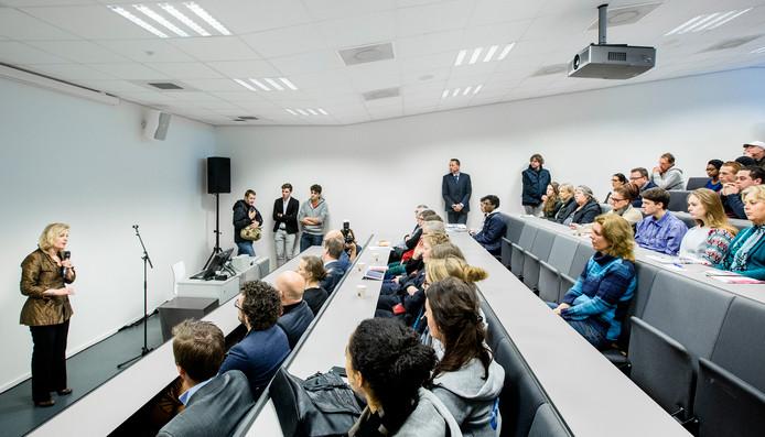 Minister Jet Bussemaker van Onderwijs, Cultuur en Wetenschap tijdens een toelichting van het leenstelsel.