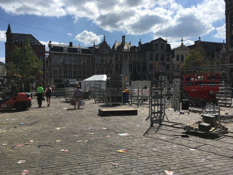 Afbraak van de Feesten: het podium op de Korenmarkt is al weg