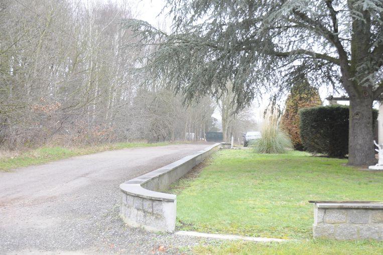 De verplicht heropende trage weg loopt door de tuin  van Maria.