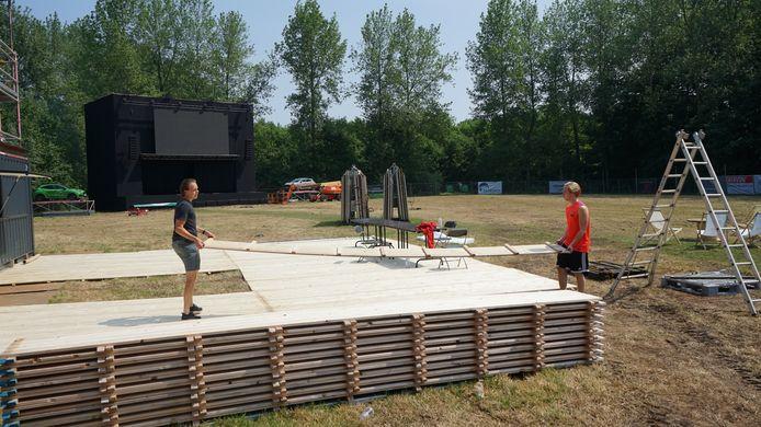 Olivier Geudens en Nick De Reyck van Studio 98 bezig met de laatste voorbereidingen van 'Beveren Buiten'.