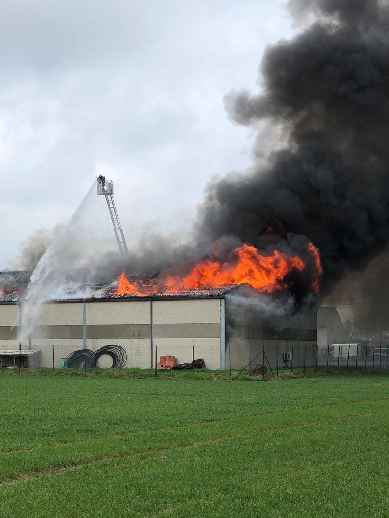 De brandweer ging de vlammen langs de buitenkant te lijf.
