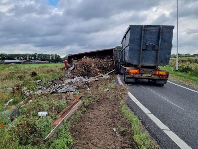 De gekantelde vrachtwagen op de N18 tussen Groenlo en Eibergen.
