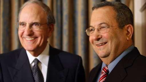 """Interrogés pour savoir si leurs sourires signifiaient qu'ils étaient proches d'un accord, M. Barak a répondu: """"ça signifie que sourire ne coûte rien"""". """"Nous sommes optimistes, comme tous les jours""""."""