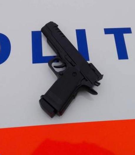 Drie aanhoudingen in Zwolle voor (nep-)wapenbezit