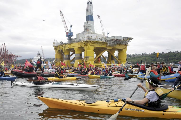 Klimaatactivisten voeren een ludieke actie bij een boorplatform van oliemagnaat Shell, Washington 2015.  Beeld REUTERS