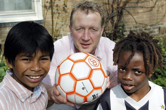 Erik Stekelenburg uit IJhorst organiseert het eerste WK Adoptiekids; een voetbaltoernooi speciaal voor geadopteerde kinderen. Zijn twee zoons Daniël (links) en Joshua (8) doen ook mee. foto Tom van Dijke