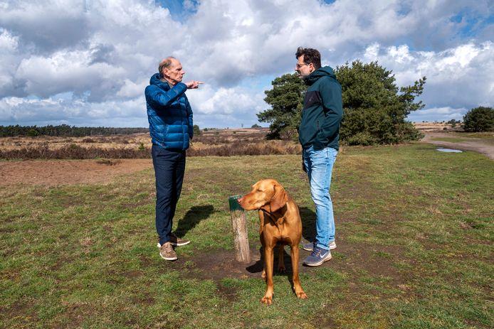 Wethouder Dorus Klomberg (met donkere broek) loopt op het Rozendaalse Veld om te zien of honden niet buiten het uitlaatgebied vrij rondlopen.