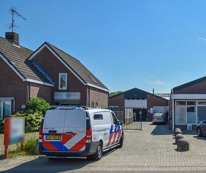 De politie na de inval en de vondst van een hennepkwekerij aan de Poort van Midden Gelderland Blauw in Heteren, begin juni.
