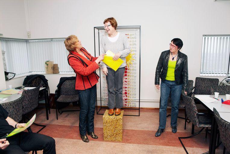 Op het stadhuis van Zaanstad geven ambtenaren elkaar op memo's zelfbedachte complimenten tijden de 'dag van de waardering'. Het is onderdeel van een cursus. Beeld Jan Dirk van der Burg