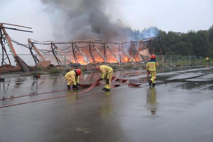 De brandweer laat het pand gecontroleerd uitbranden