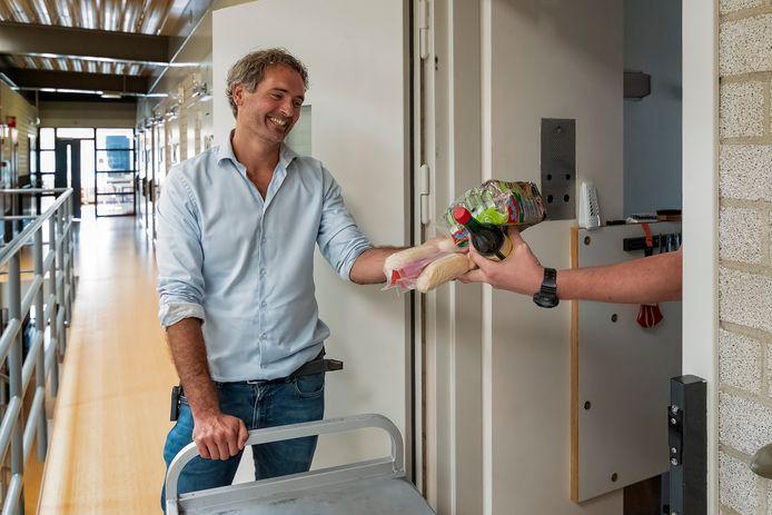 Bedelmonnik Geert Rozema, gevangenispastor van de Penitentiaire Inrichting Alphen, gaat langs de cellen om levensmiddelen in te zamelen voor de voedselbank. Gerard en zijn twee medegedetineerden kunnen niet op de foto vanwege privacyredenen.