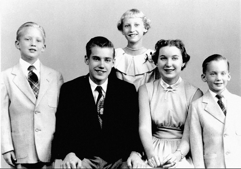 De broers en zussen van Donald Trump, met uiterst links hijzelf. Nicht Mary is de dochter van Trumps oudere, overleden broer Freddy jr. (rechts van Donald) . Beeld Instagram