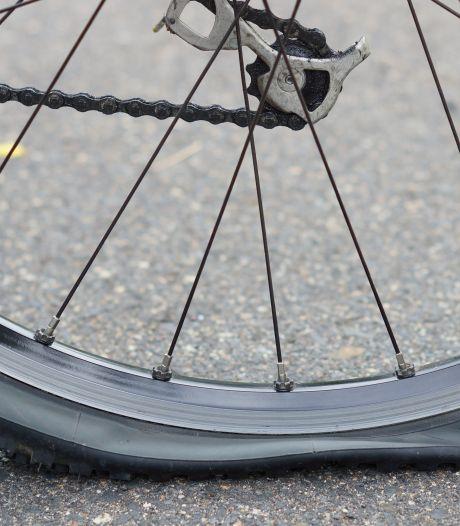 Jongens stelen fiets met lekke band in Leeuwarden terwijl eigenaar ernaast staat